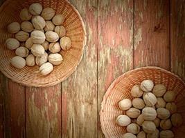Nüsse auf dem hölzernen Hintergrund foto