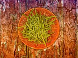grünes Bohnengemüse auf Holzuntergrund foto