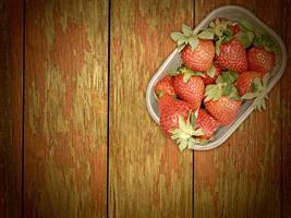 Erdbeeren auf Holzuntergrund foto