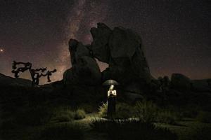 Mädchenlicht gemalt unter der Milchstraße foto
