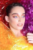 Schönheitsbild einer in Zellophan gehüllten Frau foto
