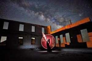 schönes Model posiert nachts in der Wüste mit Milchstraße foto