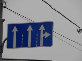 Verkehrszeichen, die die Bewegungsrichtung von Autos und Fußgängern anzeigen foto