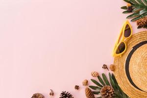 kreatives flaches Laienfoto von Reiseferienfrühling oder tropischer Sommermode. Top View Strandzubehör auf pastellrosa Farbhintergrund mit Leerzeichen für Text. Draufsicht Kopie Raum Fotografie. foto