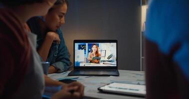 Asiatische Geschäftsfrauen, die Laptop verwenden, sprechen mit Kollegen über den Plan in Videoanruf-Meetings im Home Office. Arbeiten von Hausüberlastung in der Nacht, Fernarbeit, soziale Distanzierung, Quarantäne für Coronavirus. foto