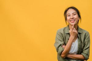 Porträt einer jungen asiatischen Dame mit positivem Ausdruck, verschränkten Armen, breitem Lächeln, in Freizeitkleidung gekleidet und mit Blick auf die Kamera auf gelbem Hintergrund. glückliche entzückende frohe frau freut sich über erfolg. foto
