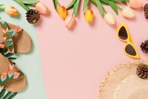 Kreative flache Lage des Reiseurlaubs Frühling oder Sommer tropische Mode. Top View Strandzubehör auf pastellgrünem rosa Hintergrund mit Leerzeichen für Text. Draufsicht Kopie Raum Fotografie. foto