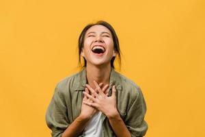 junge asiatische dame fühlen sich glücklich mit positivem ausdruck, freudige überraschung funky, gekleidet in lässiges tuch einzeln auf gelbem hintergrund. glückliche entzückende frohe frau freut sich über erfolg. Gesichtsausdruck. foto