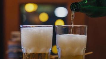 Gruppe glücklicher touristischer junger asiatischer Freunde, die Craft Beer in Glas schmollen und im Nachtclub an der Khao San Road eine Hangout-Party veranstalten. Reisender Backpacker Asien Menschen reisen in Bangkok, Thailand. foto