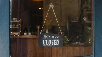 Es tut uns leid, dass wir nach der Quarantäne der Coronavirus-Sperrung in einem Café mit Kaffeeglastür geschlossen sind. Inhaber Kleinunternehmen, Essen und Trinken, Geschäftsfinanzkrisenkonzept. foto