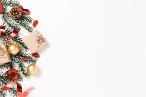 minimale kreative flache Lage von traditioneller Weihnachtskomposition und Neujahrsferienzeit. Draufsicht Winterweihnachtsdekorationen auf weißem Hintergrund mit Leerzeichen für Text. Raumfotografie kopieren. foto