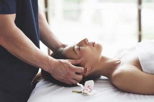 traditionelle orientalische Massagetherapie und Schönheitsbehandlungen. foto