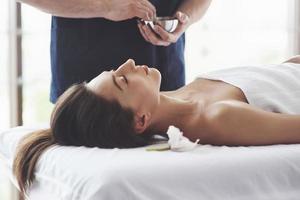 der Masseur bereitet sich auf den Eingriff vor, Massage mit gesundheitsfördernder Wirkung. Entspannungsvergnügen. foto