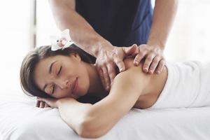 schöne junge Frau, die sich mit Handmassage im Beauty Spa entspannt. foto