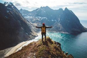 Mann steht allein am Klippenrand und genießt Luftbild Backpacking Lifestyle Reisen Abenteuer Outdoor-Urlaub foto