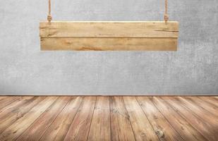 Holztisch mit hängendem Holzschild foto