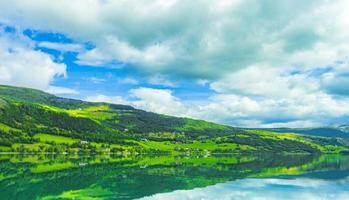 unglaubliche norwegische landschaft bunte berge fjordwälder jotunheimen norwegen. foto