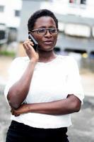 Porträt der jungen Frau am Telefon. foto