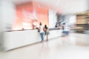 Innenraum der abstrakten Unschärfehotelobby für Hintergrund foto