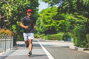 Mann, der in der städtischen Stadt mit Kopienraum läuft. Fitness, Training, Sport, Lifestyle-Konzept. foto