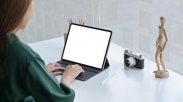 eine reisende mit einer kamera sucht mit einem laptop nach reiseinformationen. foto