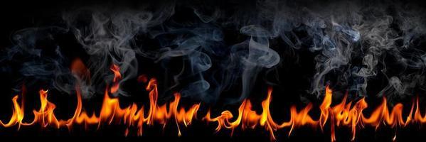 Feuerflammen mit Rauch auf schwarzem Hintergrund, brennende glühende Funken steigen auf, feurig orange glühende fliegende Partikel foto