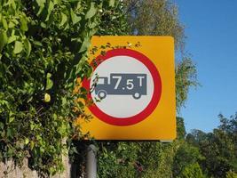 Vorschriftszeichen, keine Fahrzeuge über dem Höchstgewicht foto