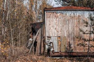 Prypjat, Ukraine, 2021 - altes Holzhaus in Tschernobyl foto