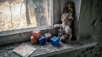 Pripyat, Ukraine, 2021 - altes Spielzeug in einem Haus in Tschernobyl foto