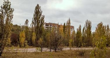 Pripyat, Ukraine, 2021 - leere verlassene Häuser zwischen den Bäumen in Tschernobyl foto