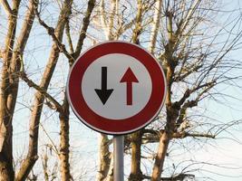 Zwei-Wege-Verkehrszeichen foto