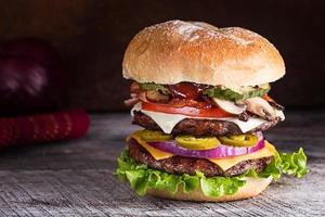 ein Doppeldecker Schinken und Cheeseburger foto
