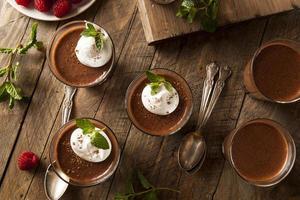 hausgemachte dunkle Schokoladenmousse foto
