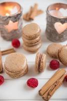 Zimt Macarons gefüllt mit Schokolade Himbeer Ganache foto