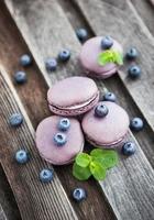 violette französische Macarons mit Blaubeeren und Minze foto