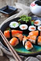 hausgemachtes Sushi mit wildem Lachs, Garnelen, Gurken und Seetang foto