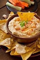gesunder hausgemachter Hummus mit Gemüse, Olivenöl und Pita-Chips