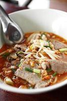 Schließen Sie thailändische würzige Suppennudel mit Schweinefleisch