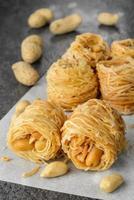 Nahaufnahme von Vögelnest Baklava-Nachtisch mit Erdnüssen foto
