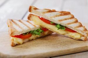 Gegrillter Sandwich-Toast mit Tomaten und Käse foto