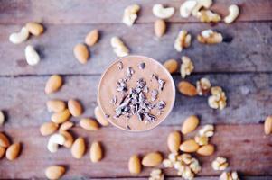 oben Ansicht des Kakaosmoothie auf Holztisch foto
