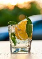Cocktail mit Zitronen- und Pfefferminzblättern foto