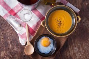Karottensuppe mit Onsen-Ei foto