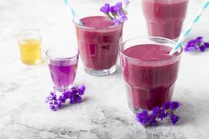 Heidelbeere, Brombeere, Geißblatt, Honigbeer-Smoothie mit violettem Sirup und Acai. foto