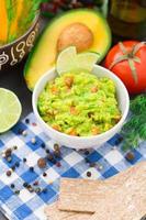 Guacamole mit Avocado, Limette, Tomate foto