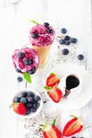 Eis mit Früchten foto