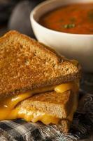 hausgemachter gegrillter Käse mit Tomatensuppe