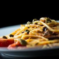 Teller mit gekochten herzhaften italienischen Spaghetti