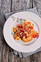 Bruschetta mit Gemüse und Bohnen foto