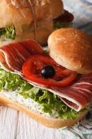 Sandwich mit Jamon, Käse und Gemüse Nahaufnahme vertikal foto